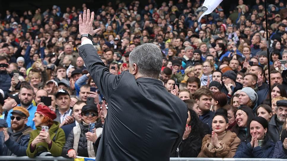 Выступая перед переполненными трибунами стадиона «Олимпийский», Петр Порошенко предупредил, что эти люди не позволят никому вернуть Украину на российскую орбиту