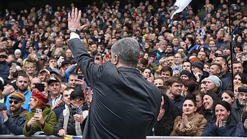 Петру Порошенко было без кого поговорить // В отсутствие соперника президент Украины провел на стадионе бой с тенью