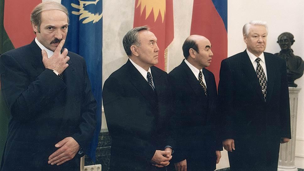 Еще четверть века назад Нурсултан Назарбаев (второй слева) начал убеждать своих ближайших коллег по СНГ отменить таможни и открыть границы друг другу