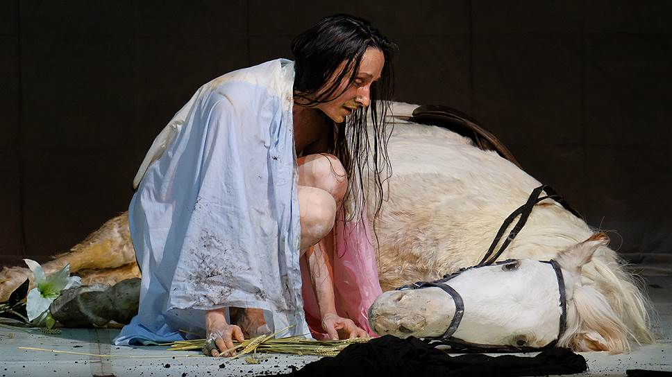 В спектакле-лауреате «Жанна на костре», поставленном Ромео Кастеллуччи, главная героиня (Одри Бонне) не поет