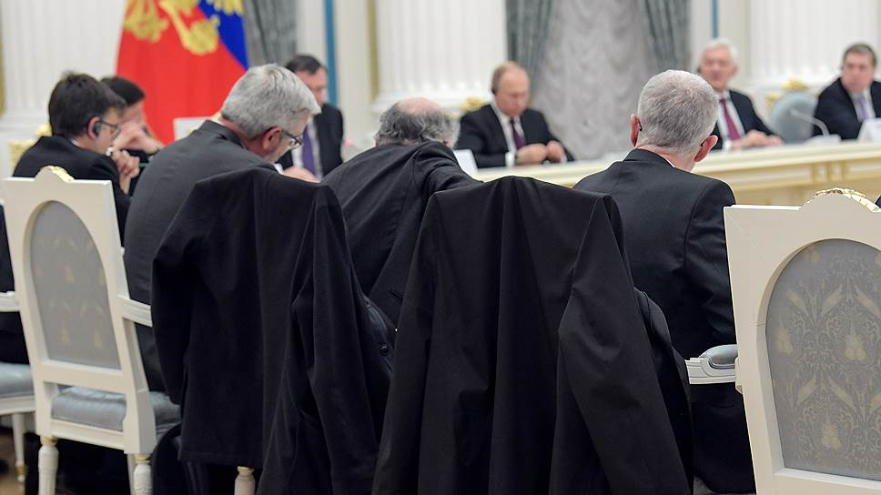 Два французских бизнесмена посчитали, что в России, в Екатерининском зале Кремля, им будет холодно, захватили наверх плащи и теперь выглядели здесь так, как до них не выглядел никто