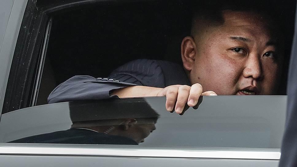Для того чтобы лимузин северокорейского лидера Ким Чен Ына (на фото) прошел по высоте в ворота железнодорожного вокзала Владивостока, въезд в них пришлось углубить