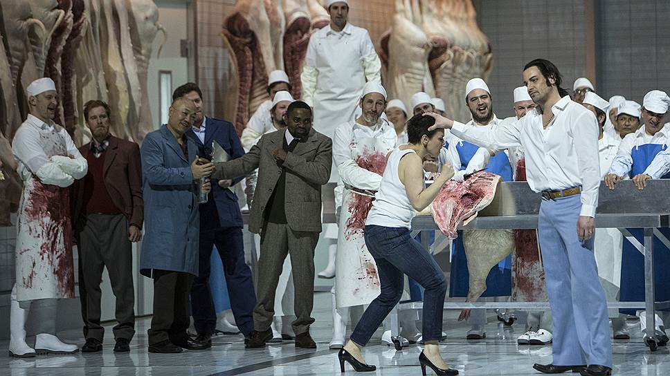Любовь Катерины (Аушрине Стундите) и Сергея (Павел Чернох) рождается на скотобойне, среди свиных туш и крови