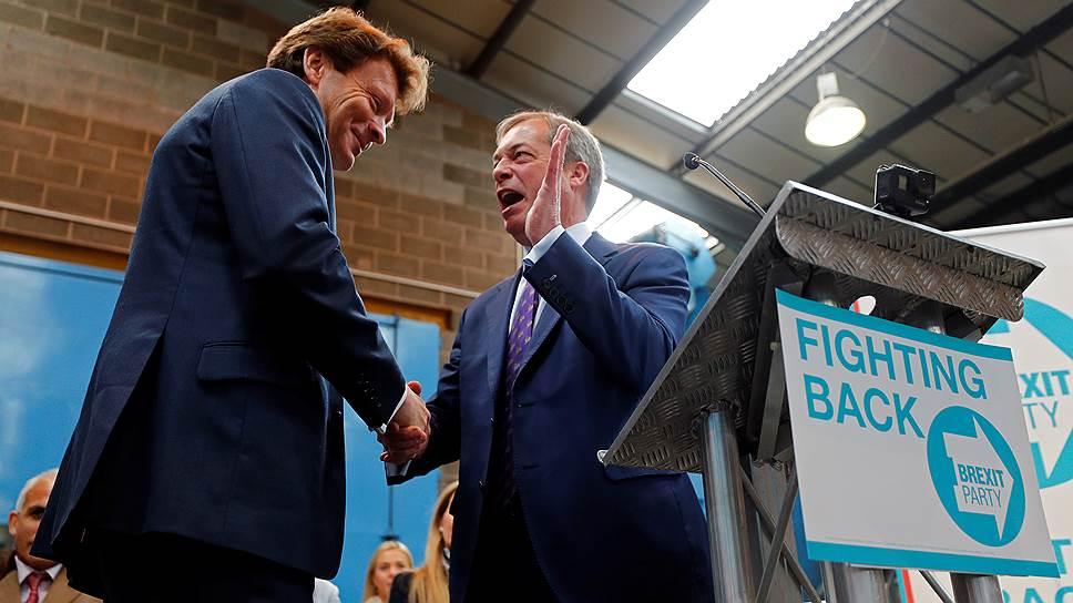 Британский политик Найджел Фарадж (справа) жмет руку бизнесмену Ричарду Тайсу