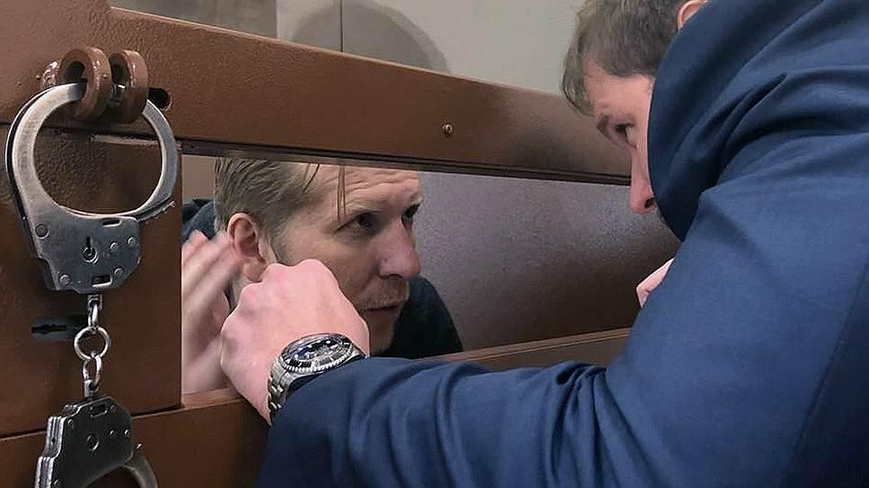 Сергей Шилов (слева) узнал о том, что его уголовное преследование прекращено, через год после того, как заключил досудебное соглашение о сотрудничестве