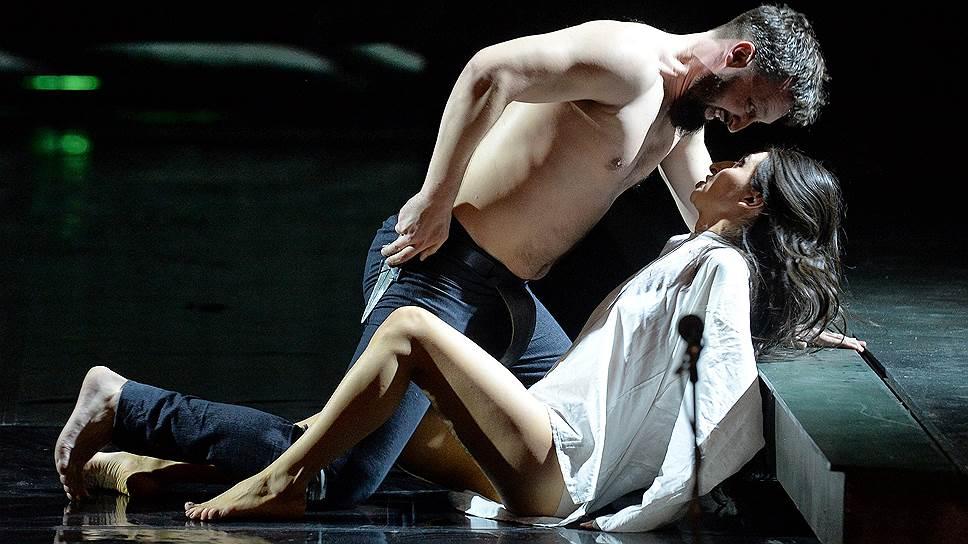 Драматические события, последовавшие за изнасилованием целомудренной Лукреции, в спектакле выглядят бесстрастно