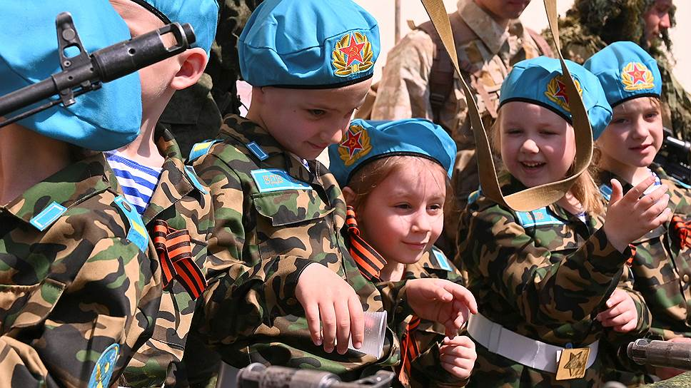 Форму различных родов войск в Ростове-на-Дону надели более 500 детей