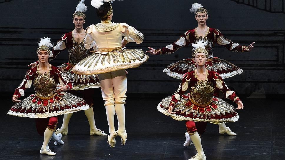 В «Дивертисменте короля» все мариинские артисты, включая Тимура Аскерова (в центре), чувствуют себя не в своей тарелке
