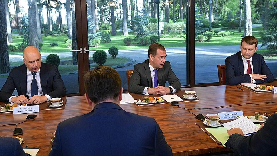 Дмитрий Медведев на встрече с экспертами признал — в Белом доме отложили споры о приоритетах нацпроектов до их разворачивания, но это не значит, что они исчезли совсем