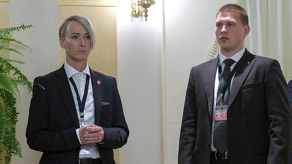 Охранники австрийского президента (слева) и российского (справа) производили впечатление, в том числе друг на друга