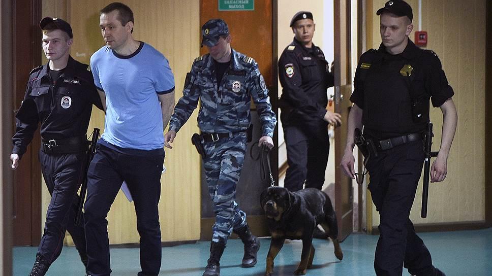 Дмитрий Захарченко (второй слева) в суде не признал вины ни по одному пункту