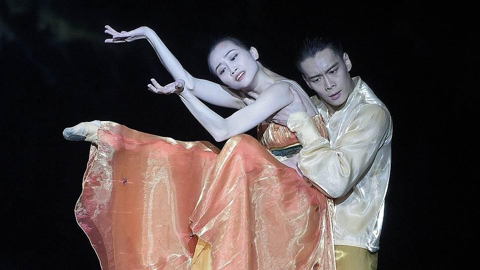 Грация и искренние чувства У Хушена (Император) и Ци Бинсюэ (Леди Ян) временами спасали хореографию от налета банальности