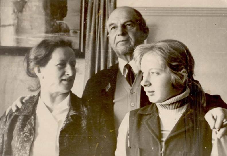 Семья репрессированных — Галина Третьякова (слева), Борис Чебоксаров (в центре) и их дочь Евгения — десятилетиями мечтали вернуться домой, в Москву