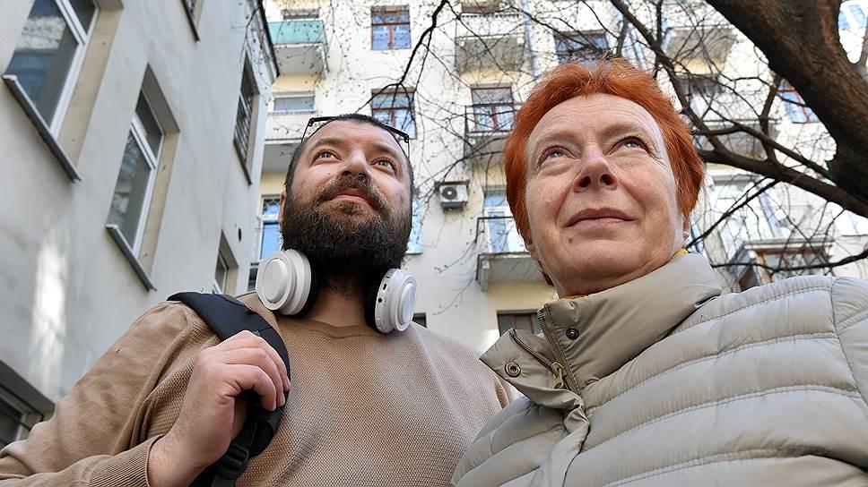 Дочь репрессированного Евгения Борисовна Шашева с сыном Владиславом возле дома, где жили ее родители