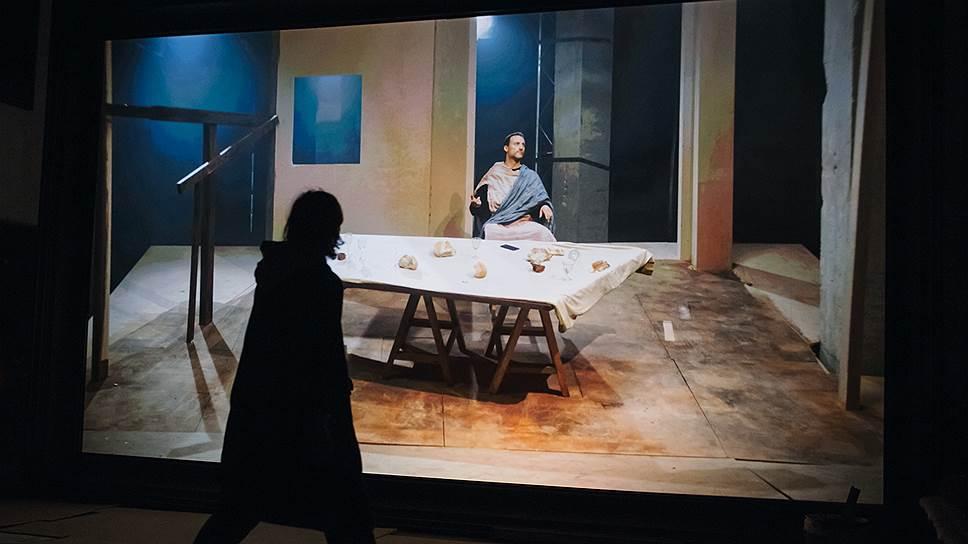 В видеоинсталляции Дмитрия Крымова «Тайная вечеря» Тинторетто превращается в театральную обманку