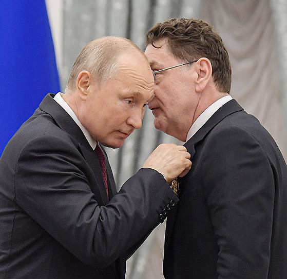 Актер Сергей Маковецкий во время награждения все пытался остаться с Владимиром Путиным наедине