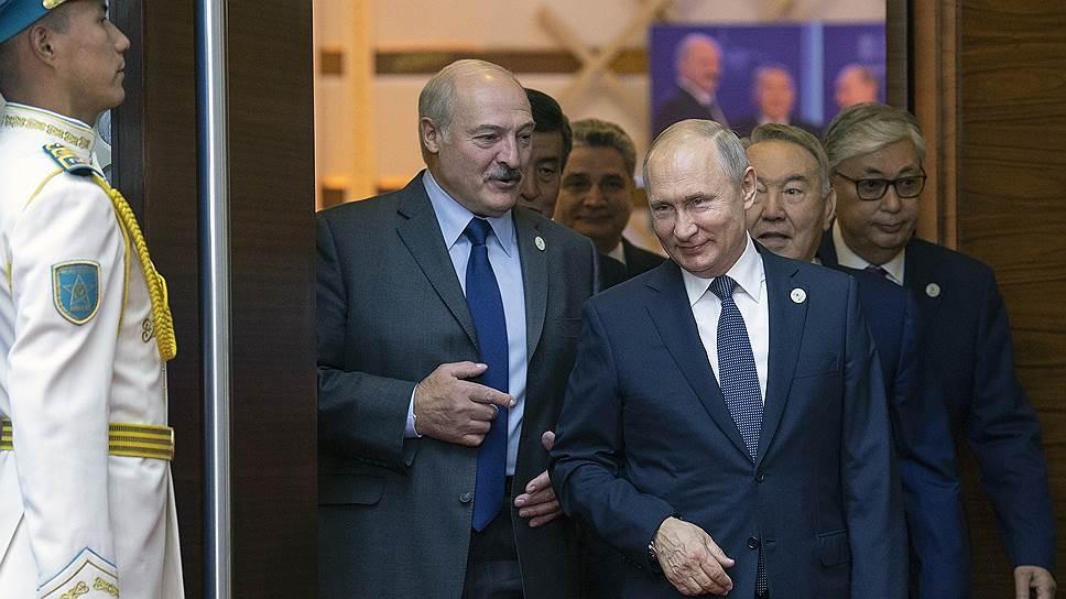 Александр Лукашенко перед церемонией фотографирования все пытался что-то объяснить Владимиру Путину, но того гораздо больше интересовал Нурсултан Назарбаев, с которым он даже надолго отошел в сторону