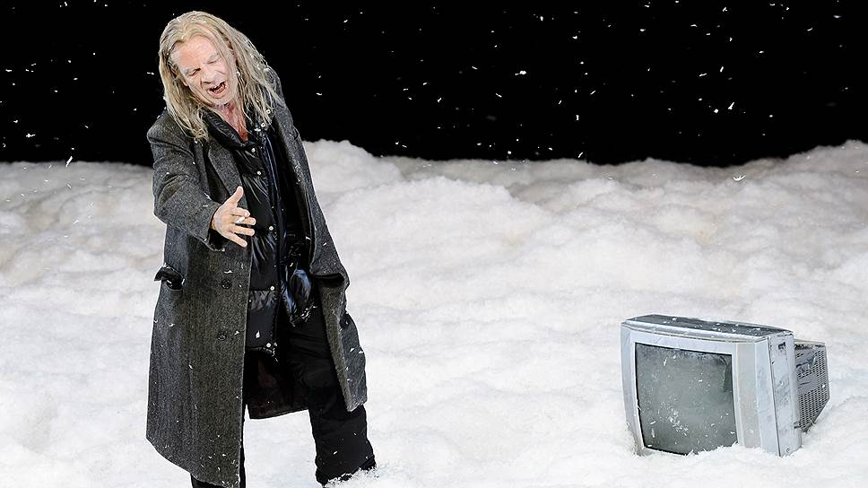 Стараниями сценографа Карин Брак все два часа действия на сцене идет снег