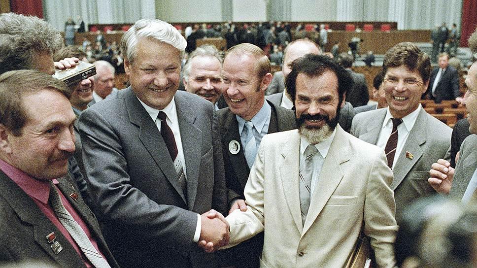 Будущий президент России Борис Ельцин (слева) и будущий генпрокурор Алексей Казанник на Первом съезде народных депутатов СССР, 1989 год