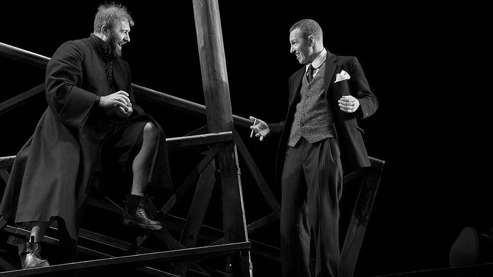 Михаил Пореченков (слева) и Игорь Верник играют в спектакле даже не черно-белом, а почти монохромном