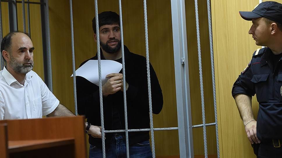 Подозреваемый в убийстве бизнесмена Шабтая Калмановича Али Белхороев (в центре)