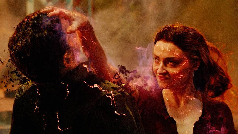 Наглотавшаяся какого-то малинового желе Джин (Софи Тернер — на фото справа) покрывается огненными трещинами и теряет остатки самообладания