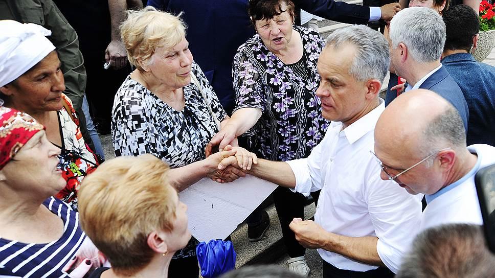 Председатель Демократической партии Молдавии Владимир Плахотнюк (слева) и исполняющий обязанности премьер-министра Молдавии Павел Филип