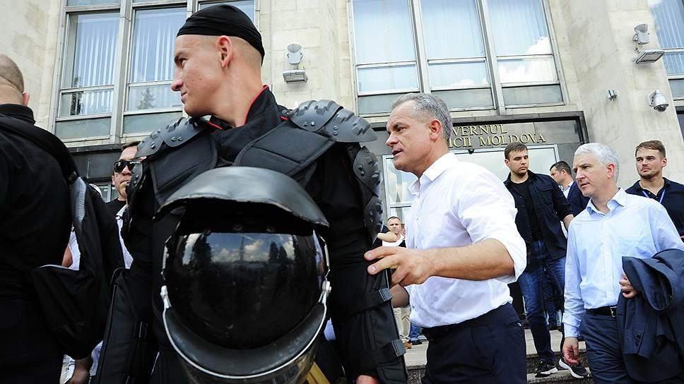 Олигарх Владимир Плахотнюк пришел к собравшимся на площади людям в ослепительно белой рубашке с закатанными рукавами в окружении плотного кольца телохранителей