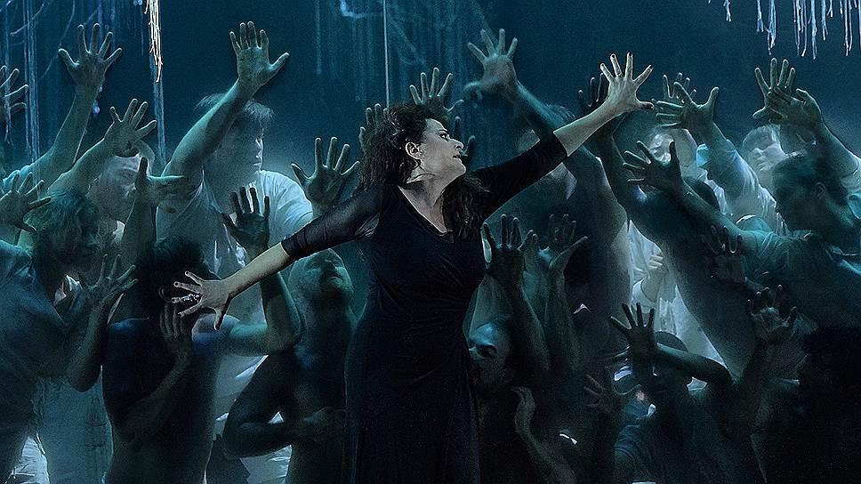 Несмотря на старания режиссера, Чечилия Бартоли в роли Альцины — в большей степени страдающая женщина, чем колдунья