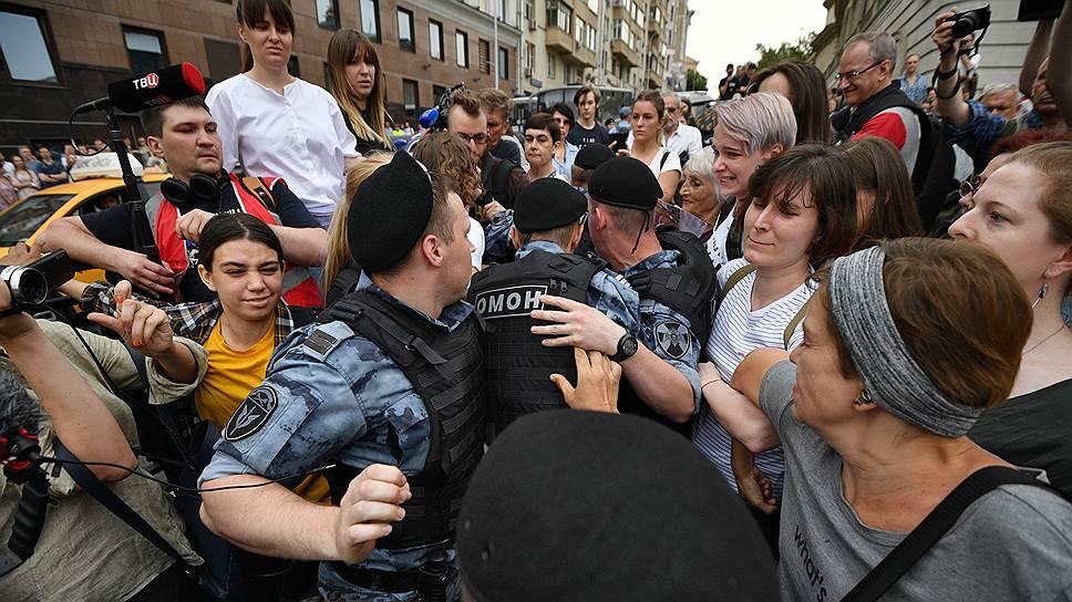 Полицейские сразу напомнили участникам шествия, что их маршрут с властями не согласован