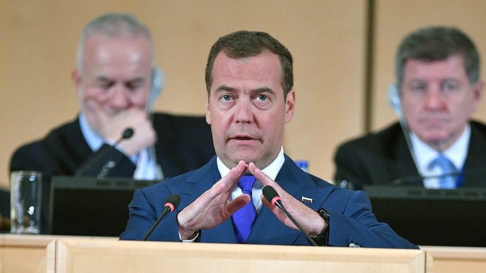 Глава правительства Дмитрий Медведев предположил, что в будущем право работников на более качественный отдых защитит четырехдневная рабочая неделя