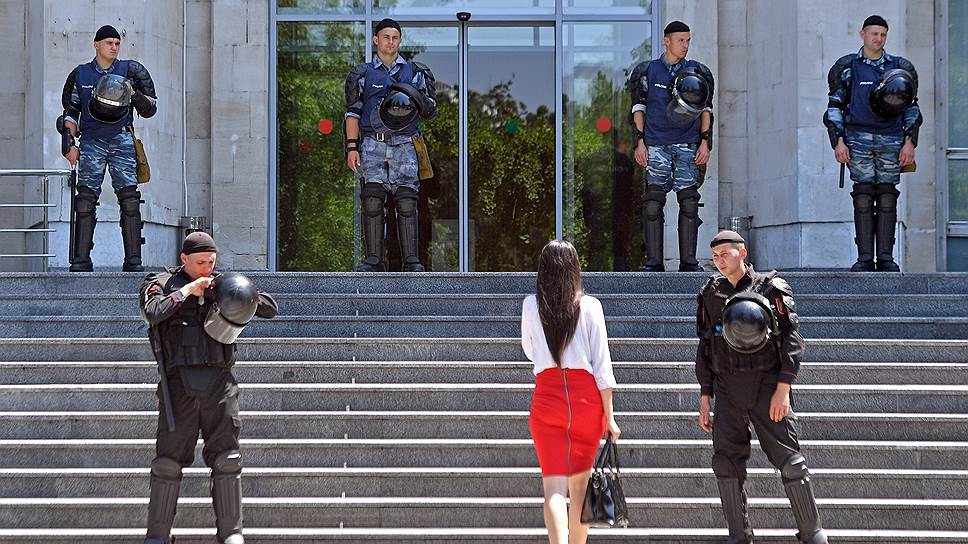 Перехода политического кризиса в горячую фазу молдавским политикам избежать все-таки удалось (на фото — оцепление у здания правительства республики)