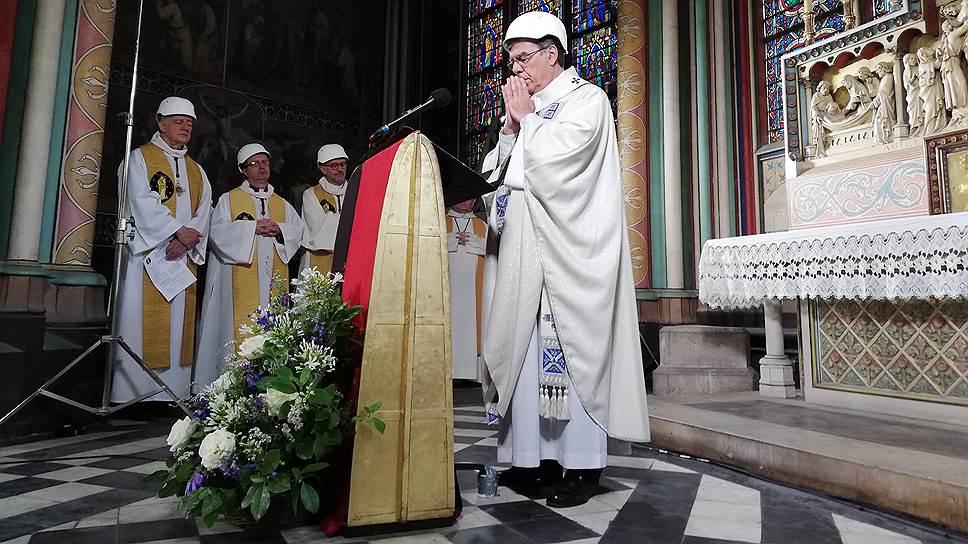 Архиепископу Парижскому Мишелю Опети пришлось сменить торжественную митру на каску