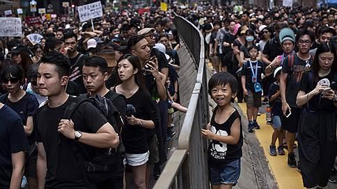 Гонконгский протест растет вширь и вглубь // Протестующие отказываются принимать уступки властей и требуют отставки главы города