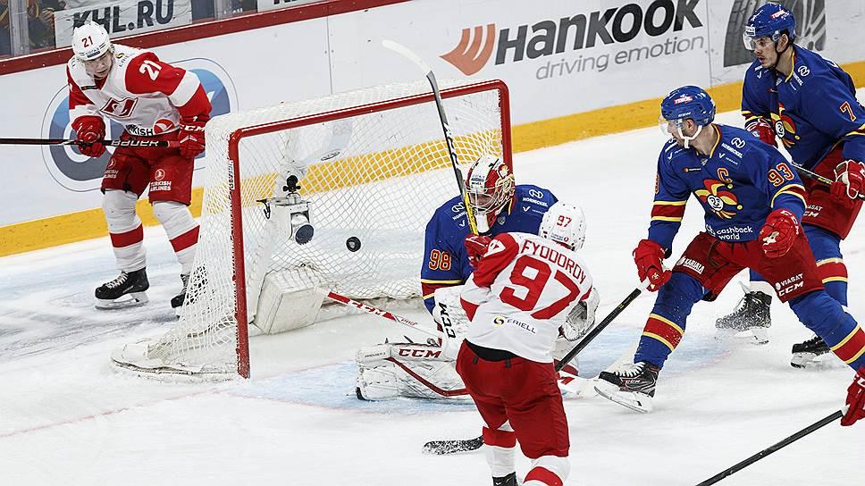 Прорыв «Йокерита» (в синей форме) на верхнюю строчку рейтинга эффективности клубов КХЛ стал главным успехом зарубежных команд в нынешнем российском спортивном сезоне