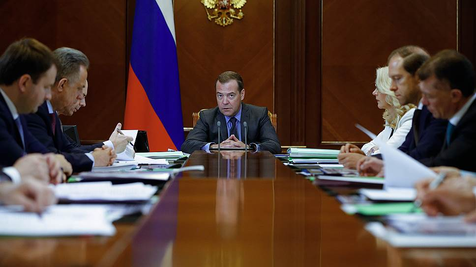 Дмитрий Медведев начал в среду серию совещаний о достижении национальных целей — в правительстве признают, что оно требует ускорения экономики уже сейчас