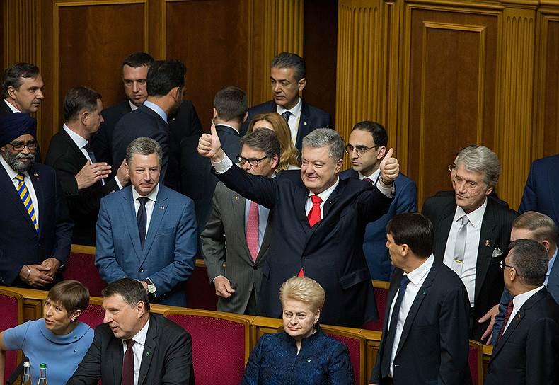 Бывший президент Украины Петр Порошенко (в центре)
