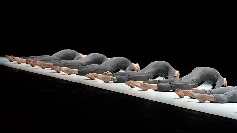 В постановках Тао Е идеально синхронизированные тела танцовщиков отражают образ мыслей и строй чувств хореографа