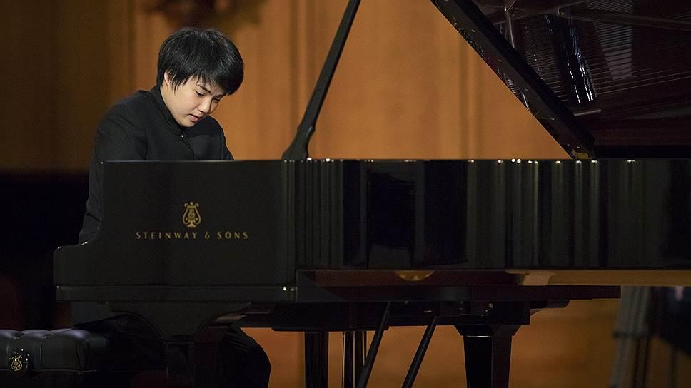 В сильном фортепианном конкурсе главным фаворитом публики остается юный японец Мао Фудзита