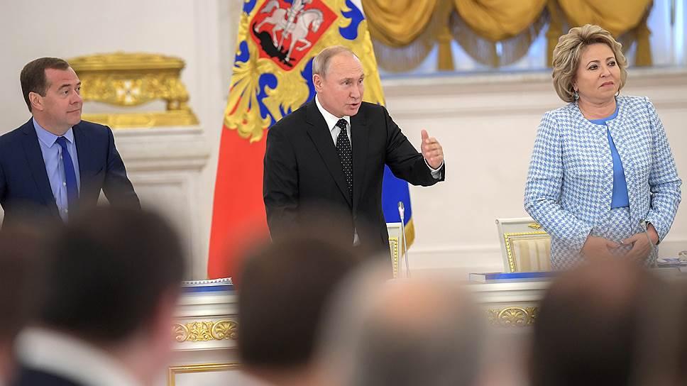 Мнения Владимира Путина и Дмитрия Медведева по поводу авансовых платежей дорожникам разошлись