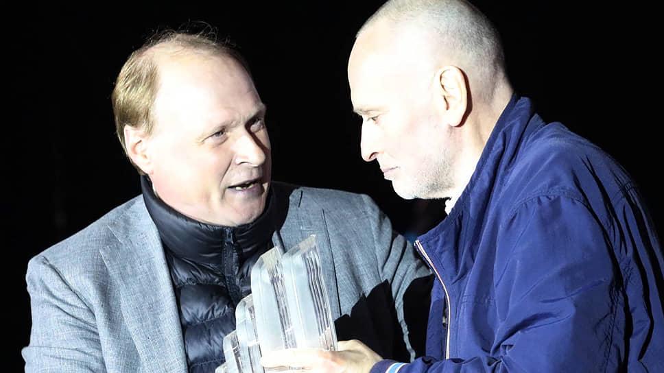 Премию за вклад в развитие современного искусства советник президента Владимир Толстой вручил Леониду Бажанову (справа)
