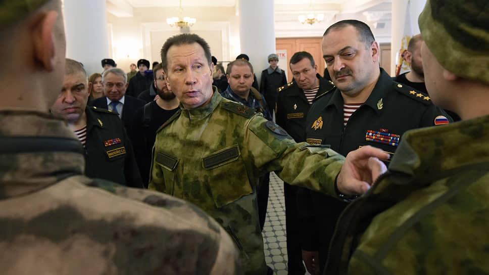 Генералы Сергей Меликов (второй справа) и Сергей Милейко (слева) написали рапорты об увольнении из Росгвардии, после того как директор службы Виктор Золотов (в центре) перераспределил полномочиям между своими заместителями
