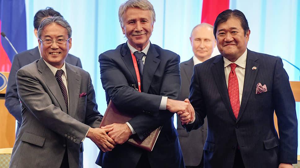 Выражение «У меня не четыре руки!», казалось, не относится к Леониду Михельсону (в центре) на подписании соглашения с японскими коллегами