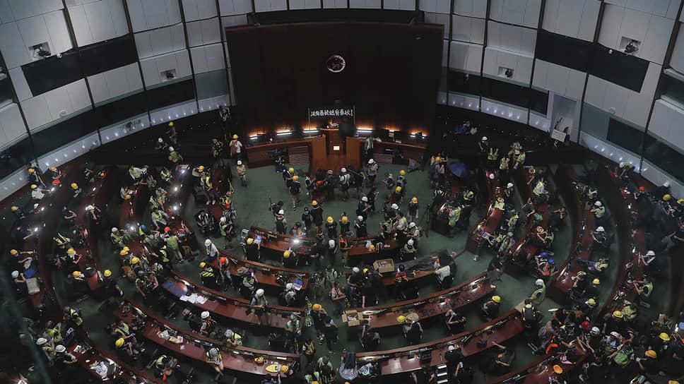 Свое отношение к Пекину оккупировавшие парламент Гонконга протестующие выразили, вывесив флаг колониальной британской администрации, утратившей контроль над городом в 1997 году