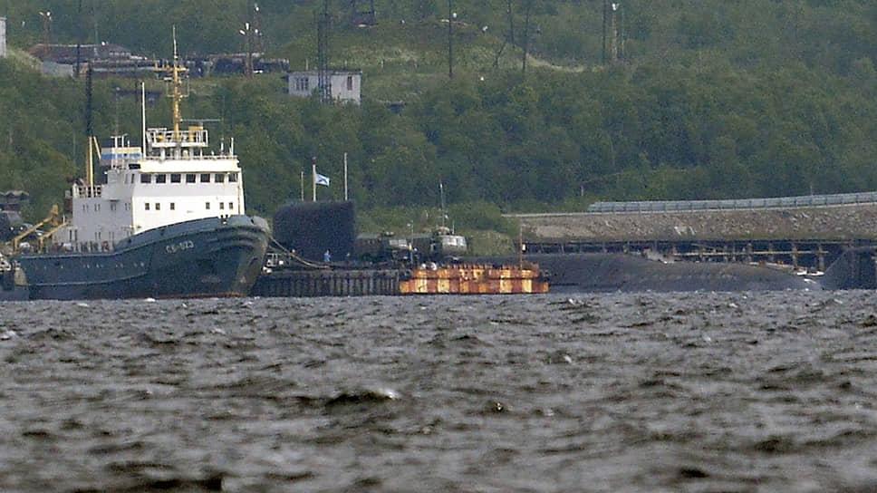Спасательный буксир Северного флота (слева) и АПЛ спецназначения проекта 09787  «Подмосковье»