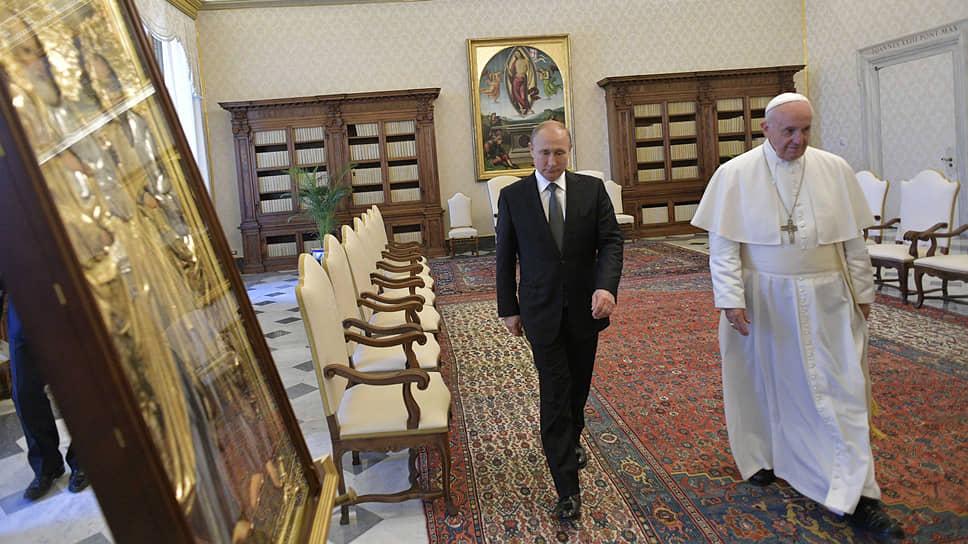 Переговоры Владимира Путина и папы Франциска прошли в библиотеке Апостольского дворца. Их темами были конфликты на Украине, в Сирии и Ливии, отношения России и ЕС, иранская ядерная программа