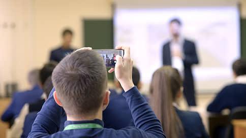 Ученик вне зоны доступа  / Роспотребнадзор работает над правилами пользования телефонами в школах
