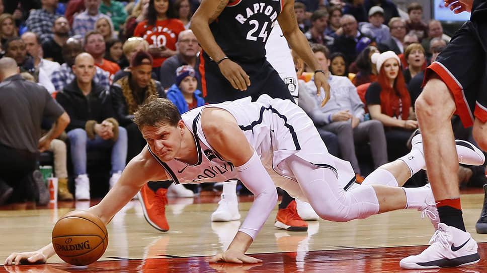 После того как Тимофей Мозгов (с мячом) перешел из «Бруклин Нетс» в «Орландо Мэджик», он больше не сыграл в НБА ни одного официального матча