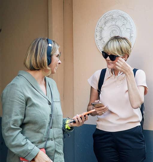 Основательница телекомпании «Дождь. Optimistic Channel» Наталья Синдеева и актриса, телеведущая Юлия Меньшова во время премьеры нового проекта со спектаклем «Мастер и Маргарита» на Патриарших прудах