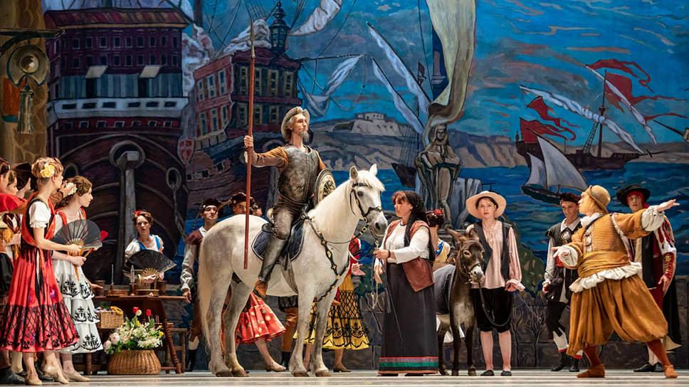 Оформление спектакля добросовестно воспроизводит эскизы Головина и Коровина к «Дон Кихоту» 1900 года